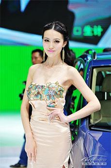 2019上海车展车模-抹胸长裙美女